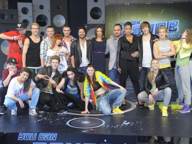 """Uczestnicy """"You Can Dance"""" z jurorami: Kingą Rusin, Agustinem Egurrolą i Michałem Pirógiem oraz prowadzącą program Patricią Kazadi"""