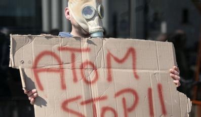 Demonstracja przeciw budowie w Polsce elektrowni jądrowych przed Ministerstwem Gospodarki w Warszawie