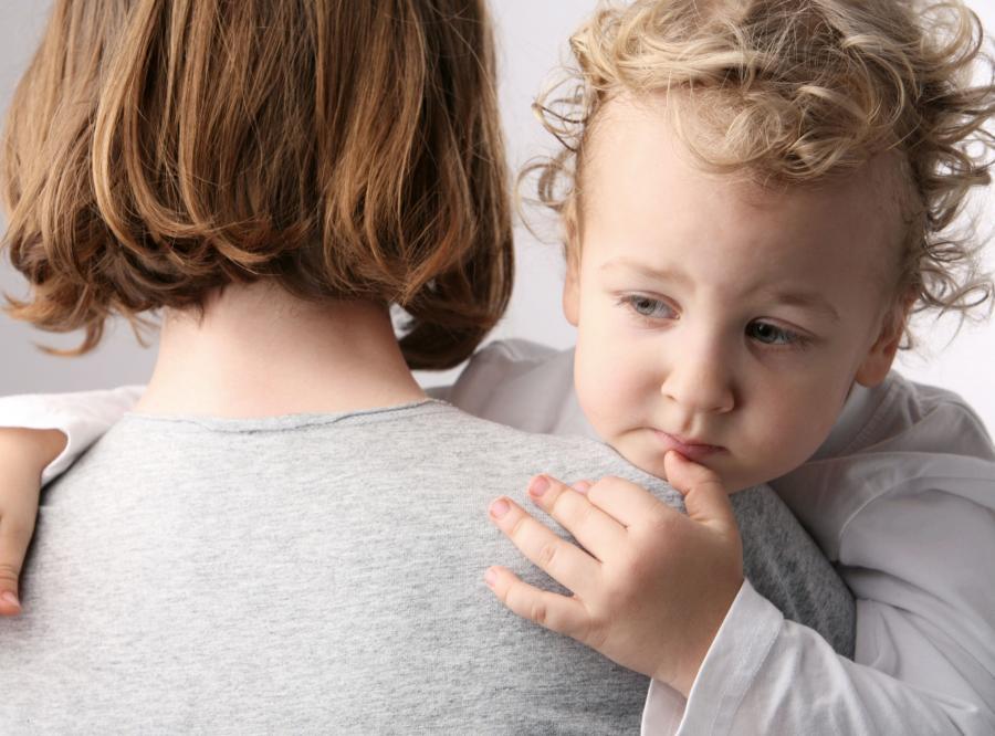 Matka opiekująca się dzieckiem