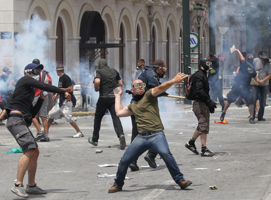 Europa spiera się o pomoc dla strefy euro, a Grecy walczą na ulicach