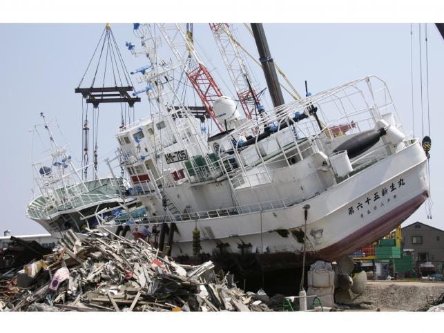 Remont statku wyrzuconego na brzeg przez fale Tsunami