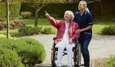 Starsza kobieta na wózku oraz jej opiekunka