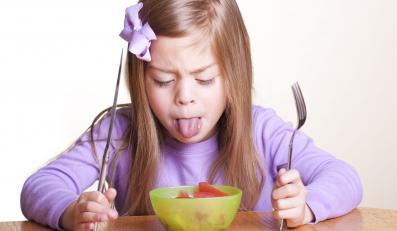 Dziewczyna spożywająca posiłek