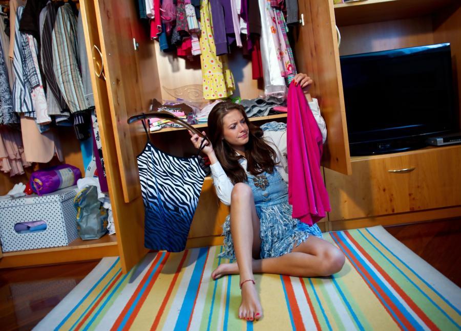 Kobiecy problem: trudny wybór ubrań.