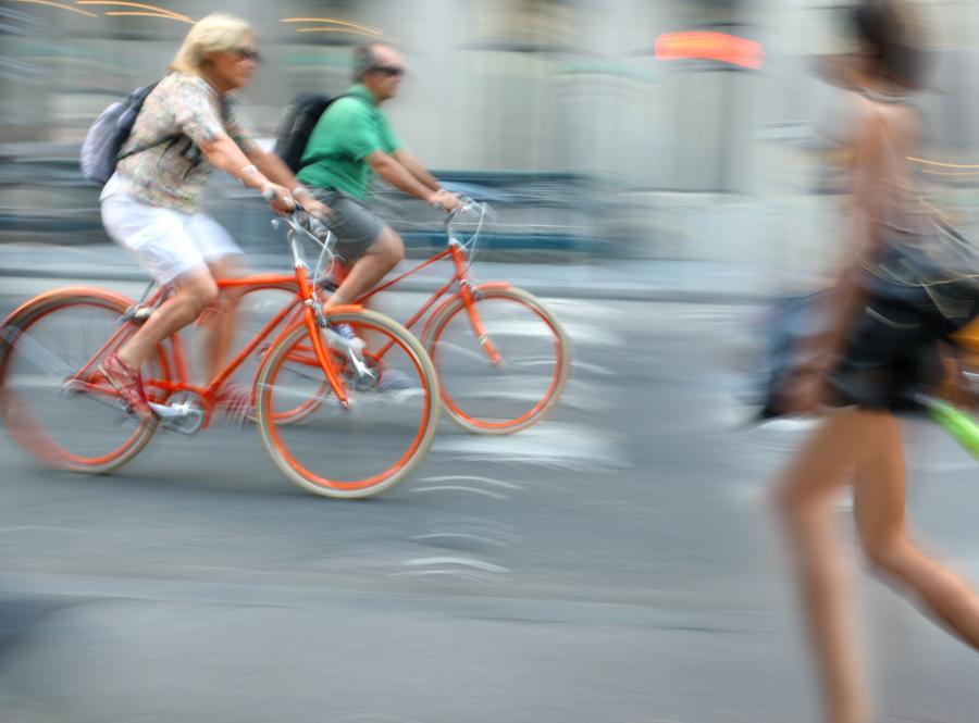 Rowerzyści na ulicy miasta