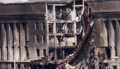 Dym unosi się nad Pentagonem po tym, jak w budynek uderzył jeden z porwanych przez terrorystów samolotów