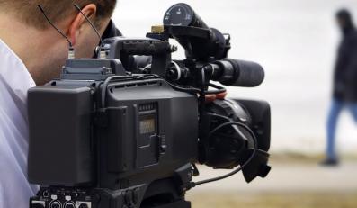 Dziennikarz telewizyjny przy pracy