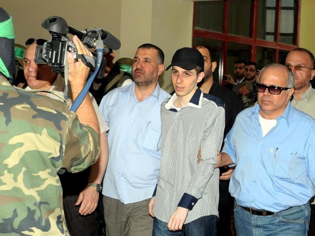 Uwolniony żołnierz izraelski Gilad Szalit przekracza granicę Gazy