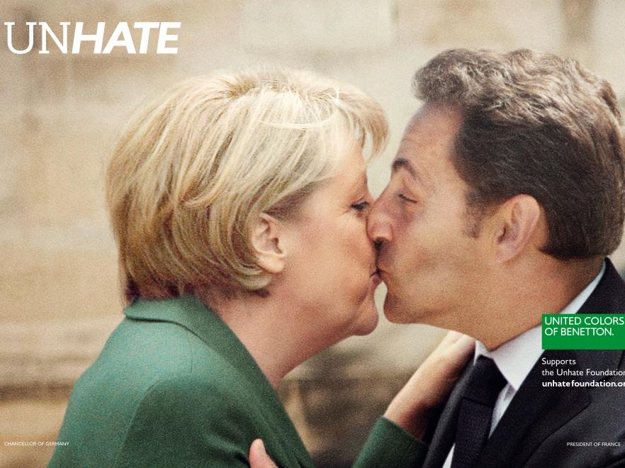 Angela Merkel calująca Nicolasa Sarkozy\'ego.
