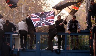 Demonstranci wdarli sie na teren brytyjskich placówek