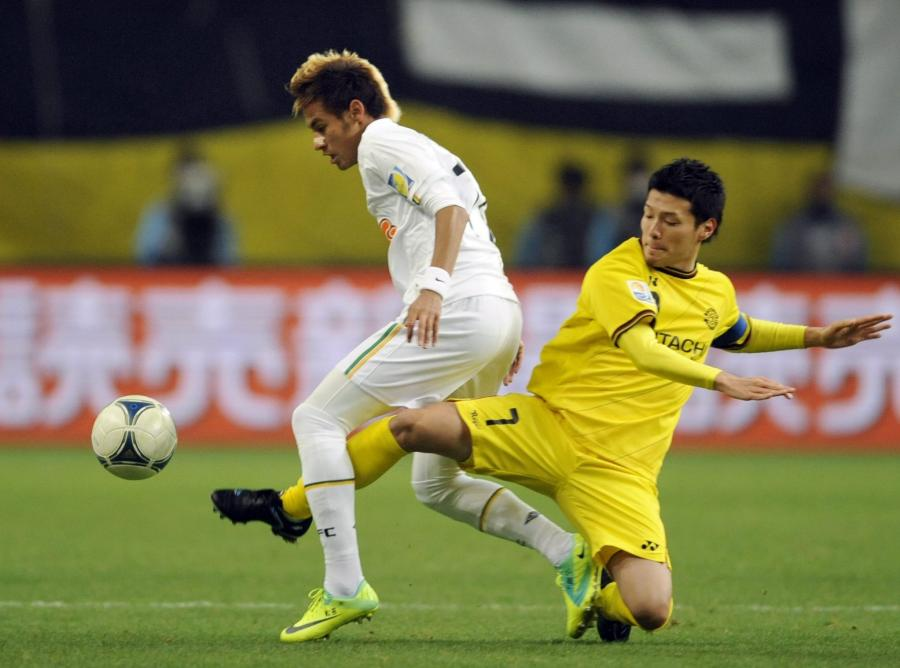 Neymar (w białym stroju)