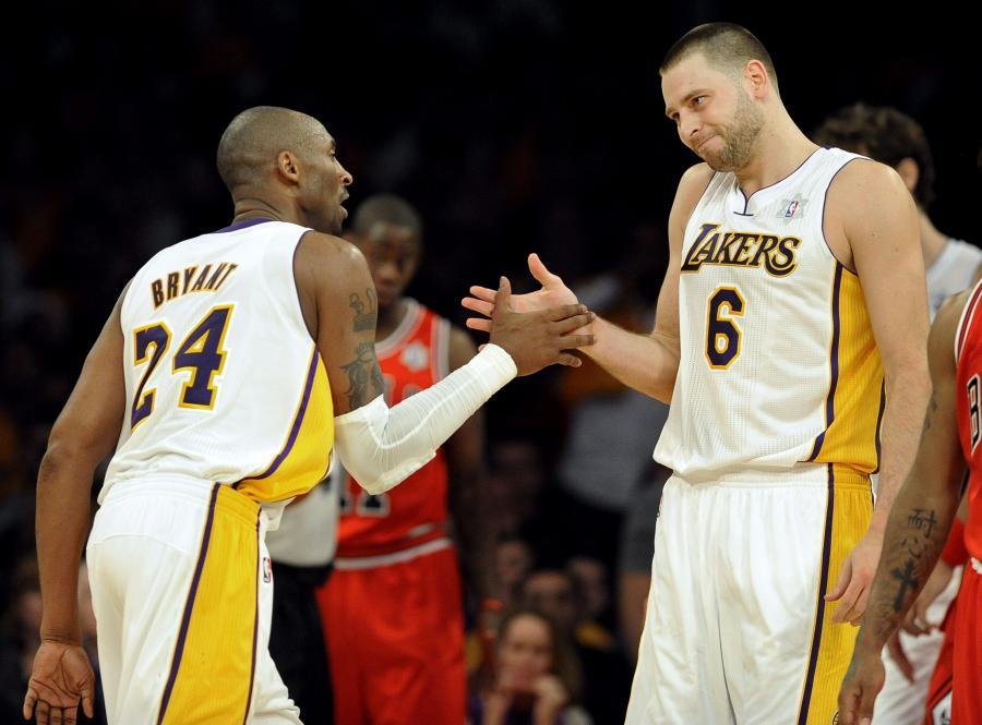 Kobe Bryant i Josh McRoberts