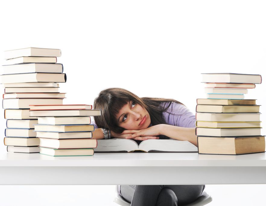 Dziewczyna leżąca na książce