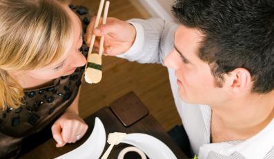 Para w barze sushi