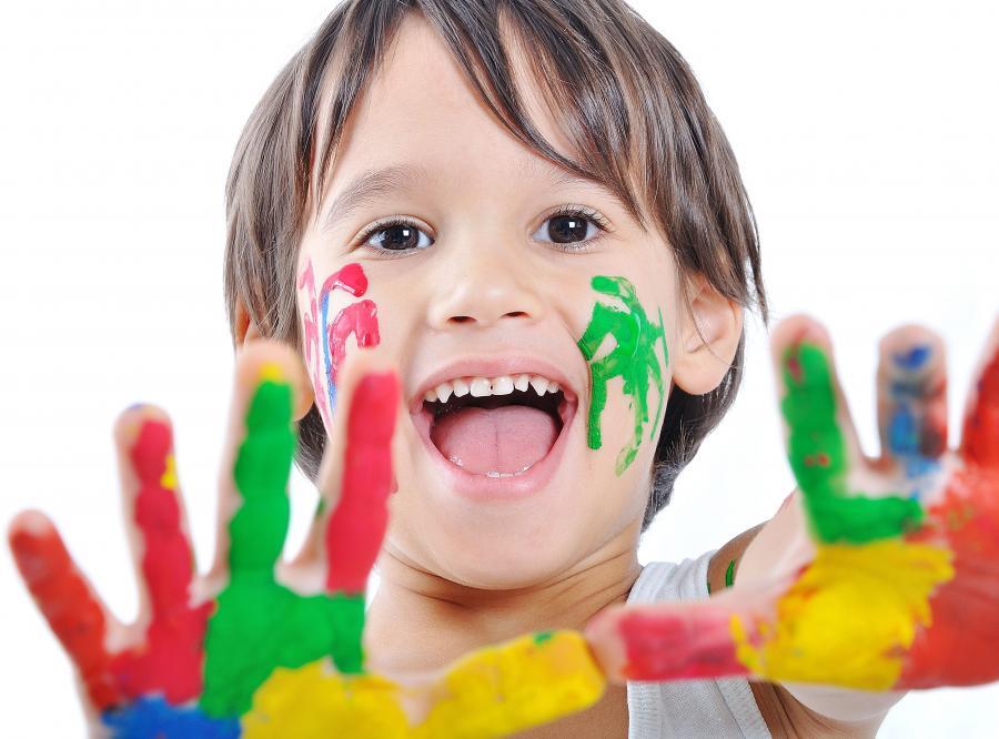 Dziecko bawi się farbami