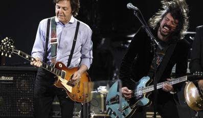 Paul McCartney i Dave Grohl z Foo Fighters na scenie podczas gali Grammy