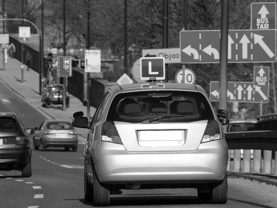 Egzamin na prawo jazdy - zdjęcie ilustracyjne