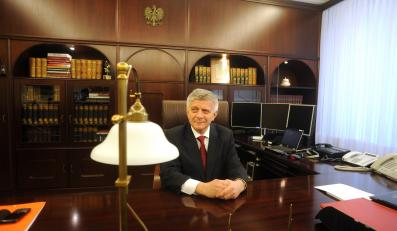 Prezes NBP Marek Belka w swoim gabinecie