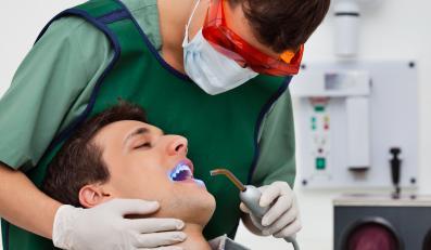 Zęby zdradzają, czy pacjent pije alkohol