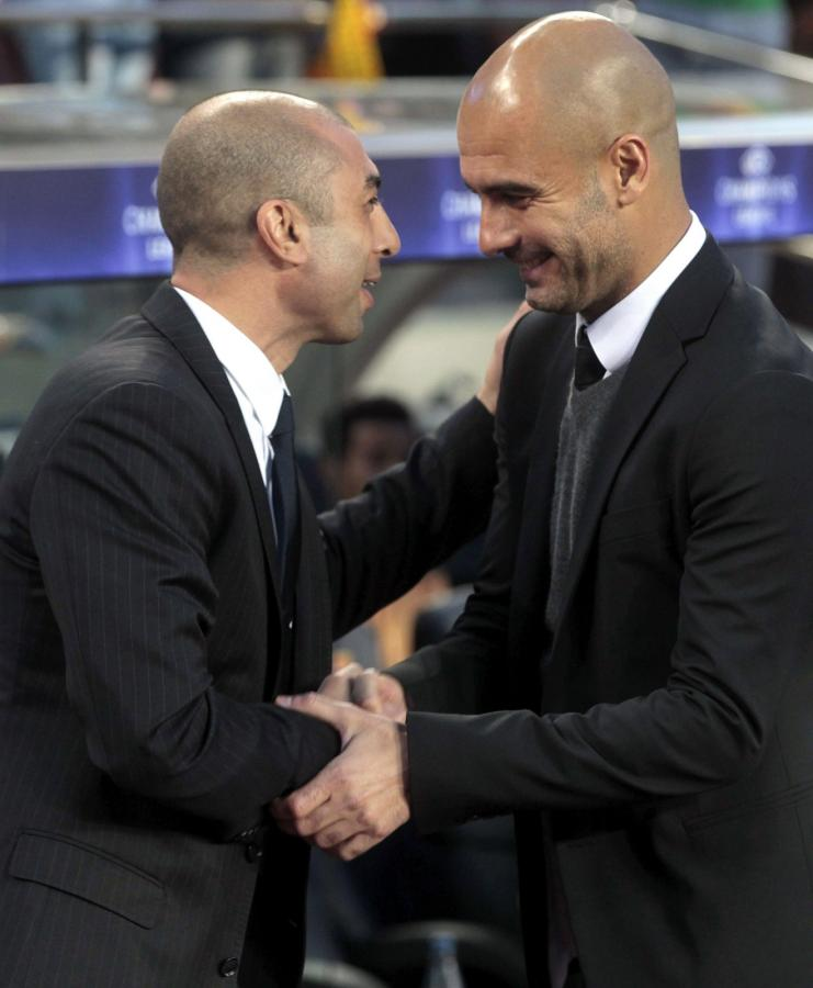 Trener Chelsea Londyn Roberto Di Matteo wita się z trenerem Barcelony Josepem Guardiolą przed meczem Ligi Mistrzów