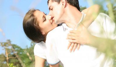 Zakochana para w plenerze