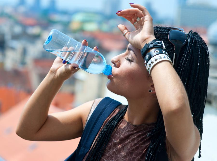 lato upał kobieta pije wodę woda pragnienie