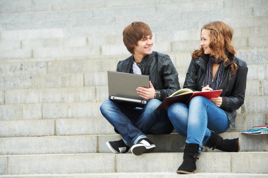 Młodzi ludzie siedzą na schodach