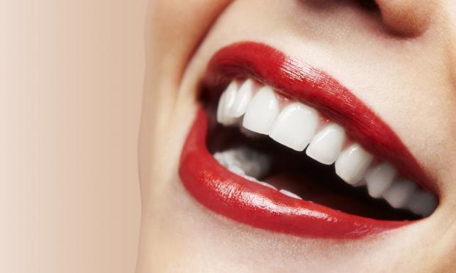 Zęby na pokaz? Zobacz, co wyjątkowo im szkodzi