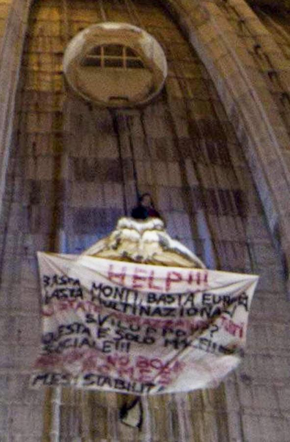 Mężczyzna protestuje na kopule bazyliki św. Piotra