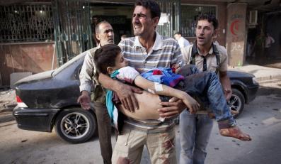 Zozpaczony ojciec błaga o pomoc. Niesie ciało syna do szpitala