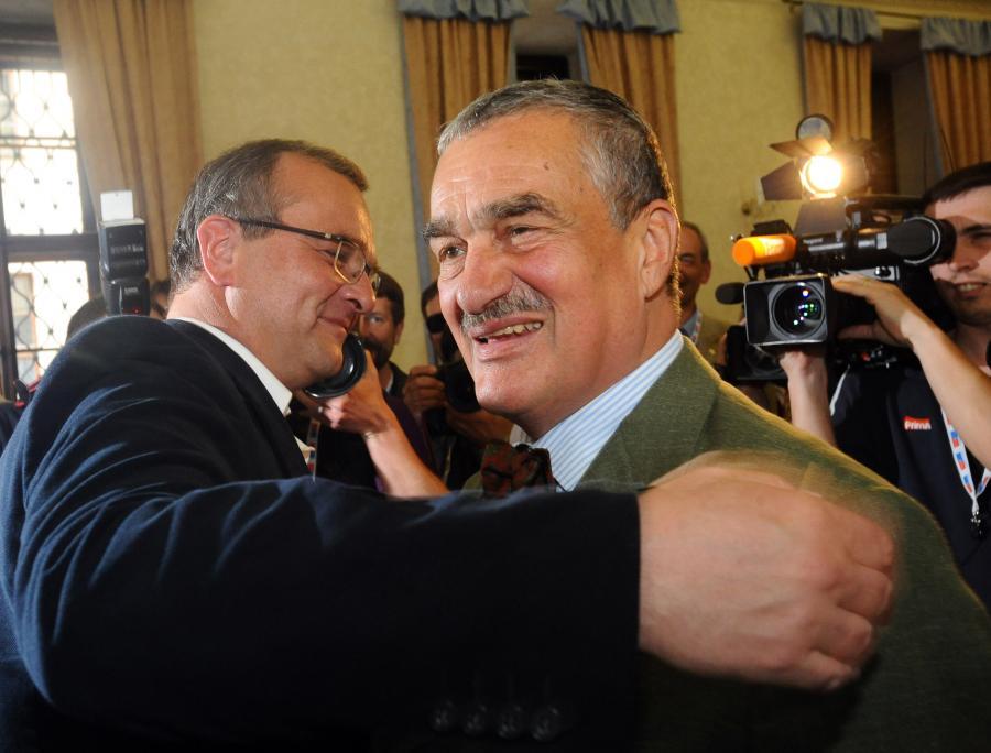 Czeski kandydat na prezydenta Karel Schwarzenberg (po prawej)
