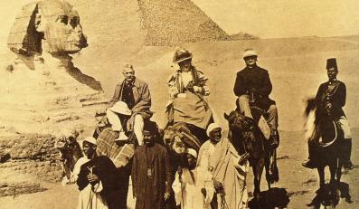 W krynolinie przez pustynię