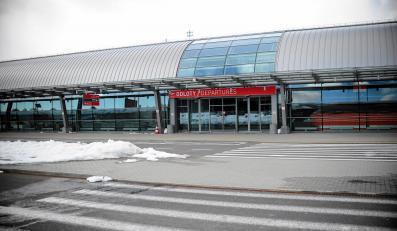 Zamknięty terminal lotniska w Modlinie