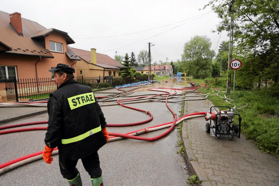 Strażacy wypompowują wodę