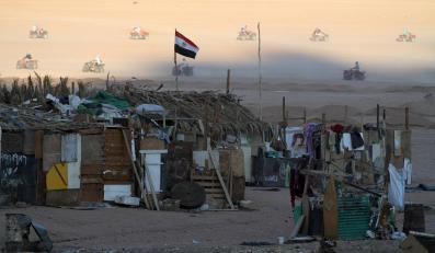 Slumsy niedaleko Szarm el-Szejk. W tle turyści jeżdżący na quadach