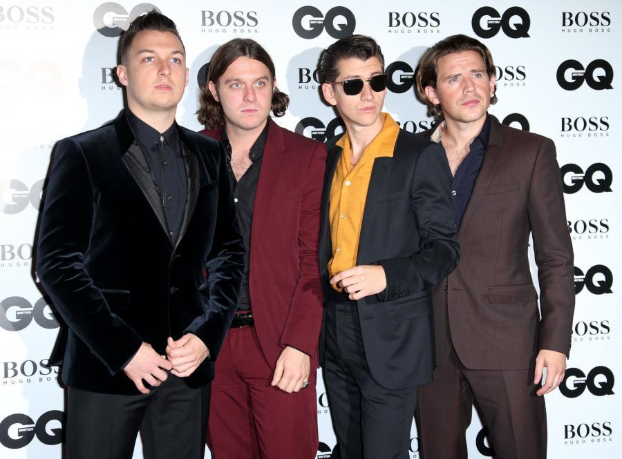 Arctic Monkeys drugi tydzień na szczycie w UK