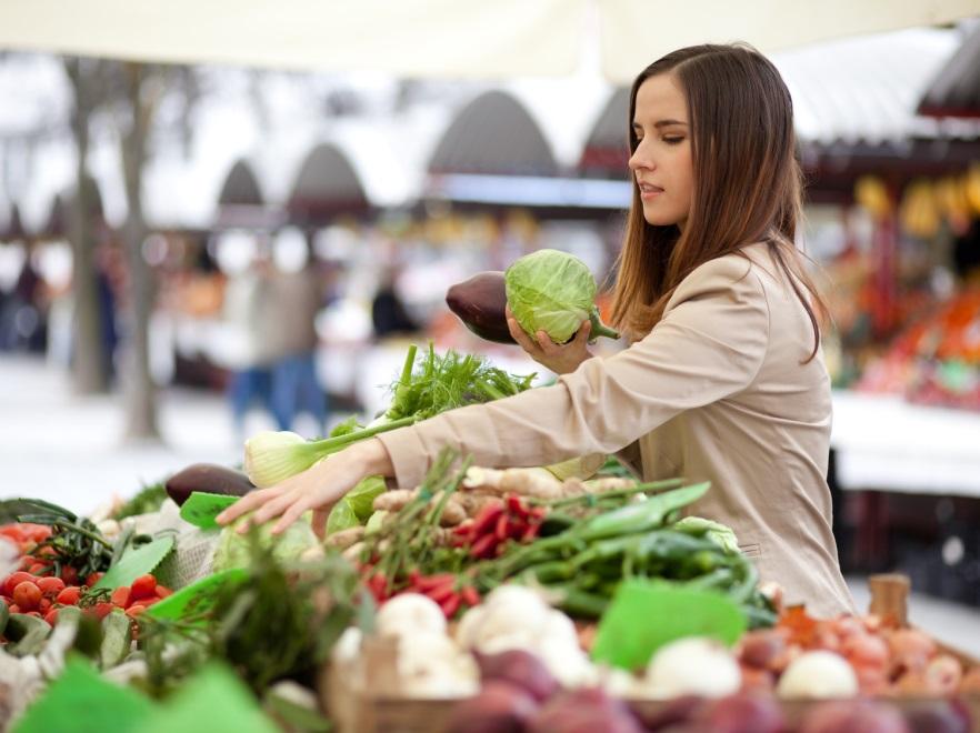 Kobieta na targu warzywnym