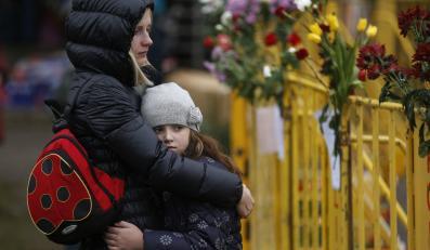 Mieszkańcy Rygi na miejscu katastrofy, gdzie stało centrum handlowe Maxima