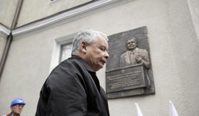 Sopot: Jarosław Kaczyński pod tablicą upamiętniającą Lecha Kaczyńskiego
