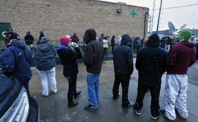 Kolejka ludzi do sklepu z marihuaną w Denver
