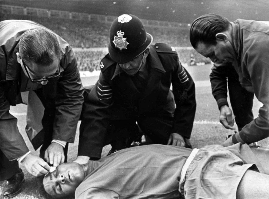 13 lipca 1966 roku. Eusebio opatrywany przez lekarzy na boisku w czasie meczu Portugalia-Węgry na Old Traffoed w Manchesterze