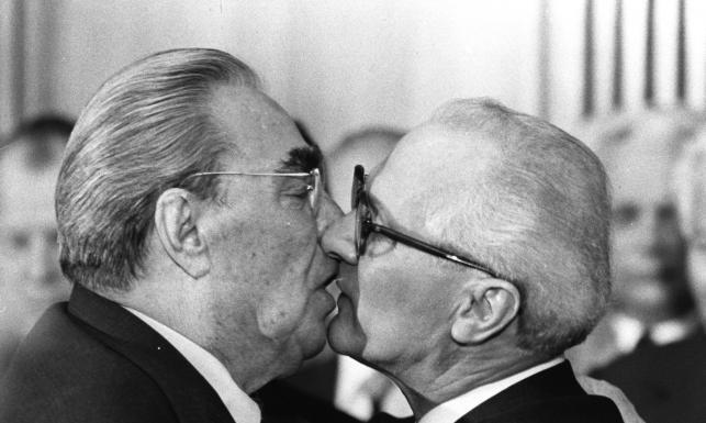 Trzymali w garści miliony ludzi, ale całowali czule... Komunistyczne \