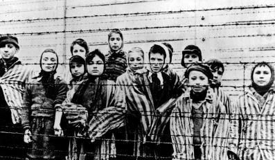 Dzieci z Auschwitz. Zdjęcie wykonane 26 stycznia 1945 roku. Miriam Mozes Zeiger (pierwsza z prawej) i Eva Mozes Kor (obok niej z tyłu)