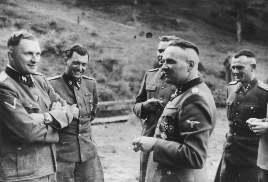 Oficerowie SS w Auschwitz. Od lewej: Richard Baer, który został komendantem obozu w maju 1944, doktor Josef Mengele, komendant Birkenau Josef Kramer oraz były komendant Auschwitz, Rudolf Hoess. Mężczyzna pierwszy z prawej - nieznany