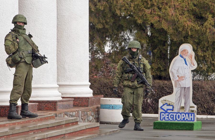 Żołnierze przy lotnisku w Symferopolu