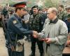 Władimir Putin, jeszcze jako premier, wręcza medal rosyjskiemu milicjantowi w Dagestanie