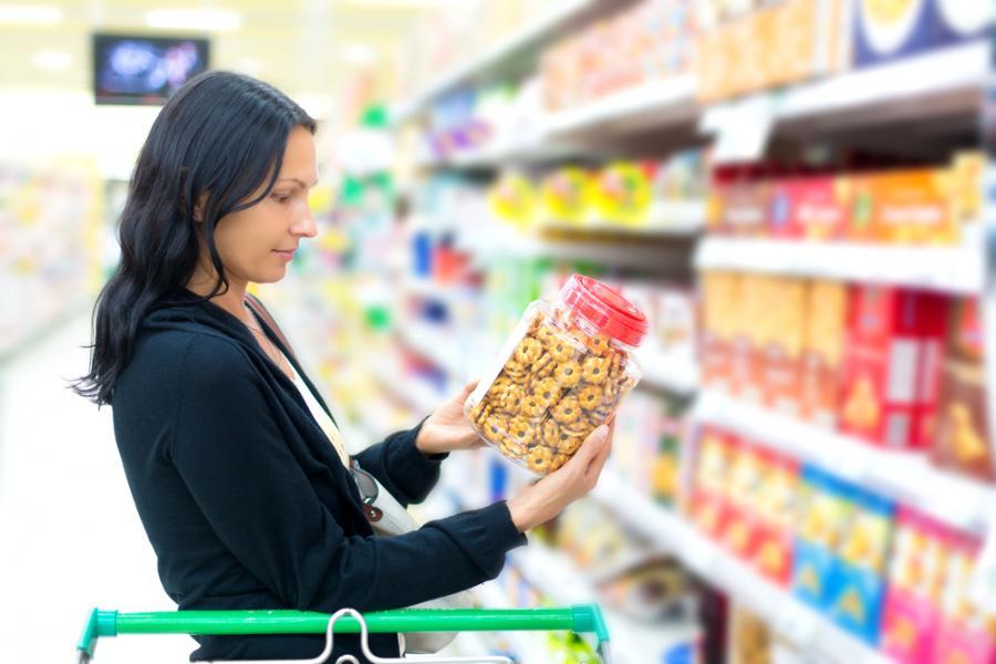 Kobieta w sklepie spożywczym