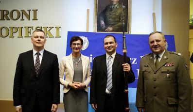 """Minister Tomasz Siemoniak, redaktor naczelna """"DGP"""" Jadwiga Sztabińska, Artur Radwan oraz gen. Bogusław Pacek"""