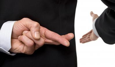 Mężczyzna krzyżuje palce za plecami