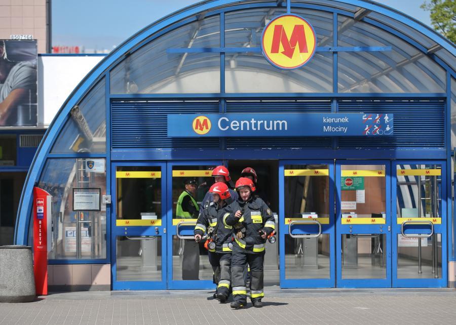 Strażacy przed zamkniętą stacją metra Centrum